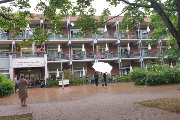 Hofkonzert AWO Seniorenzentrum Ihme-Ufer Ottenstr. 18.06.20 Duo Szylvia C. Akkordeon & Susi E. Klarenitte